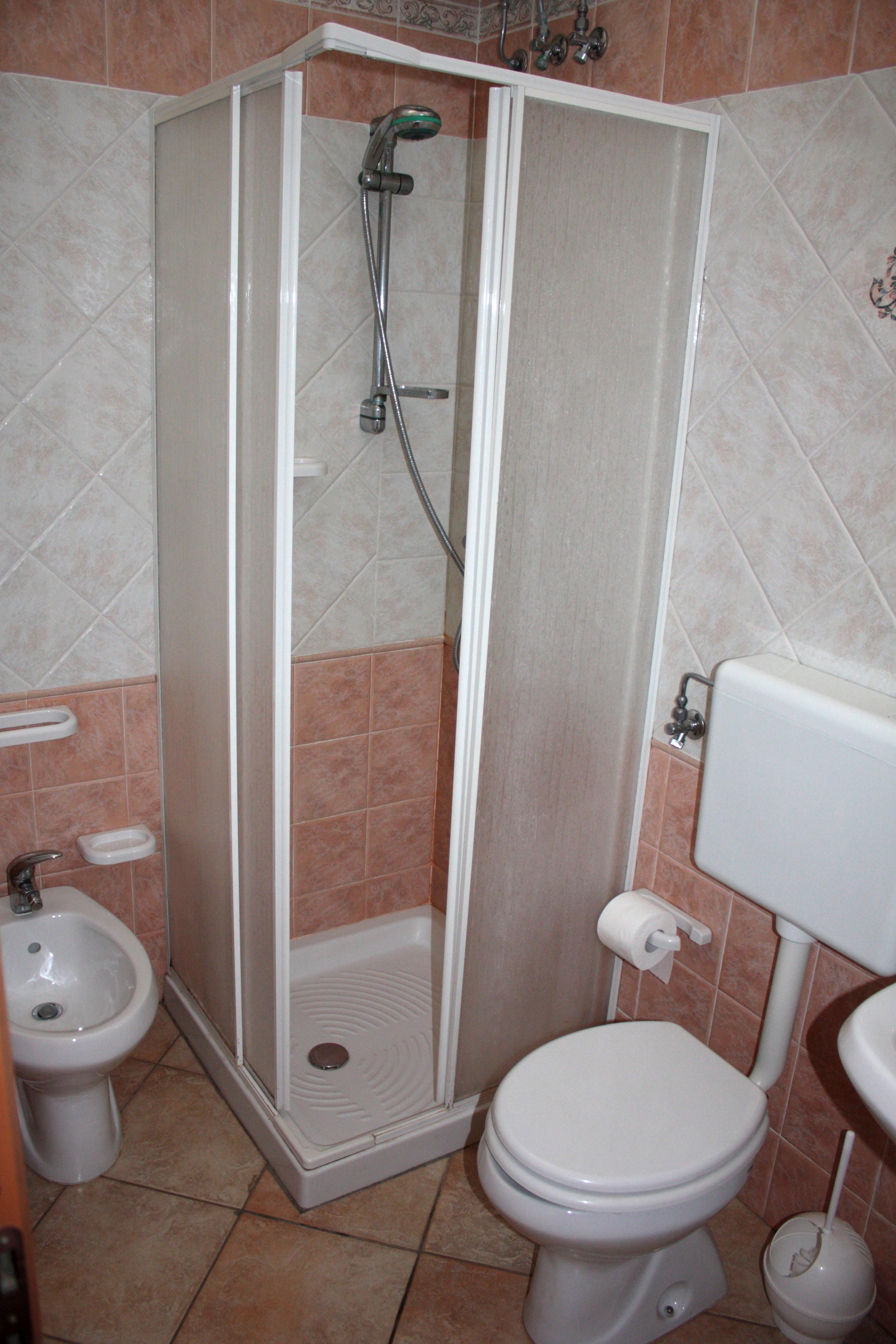 Bagno completo con doccia boiserie in ceramica per bagno - Bagno con doccia ...