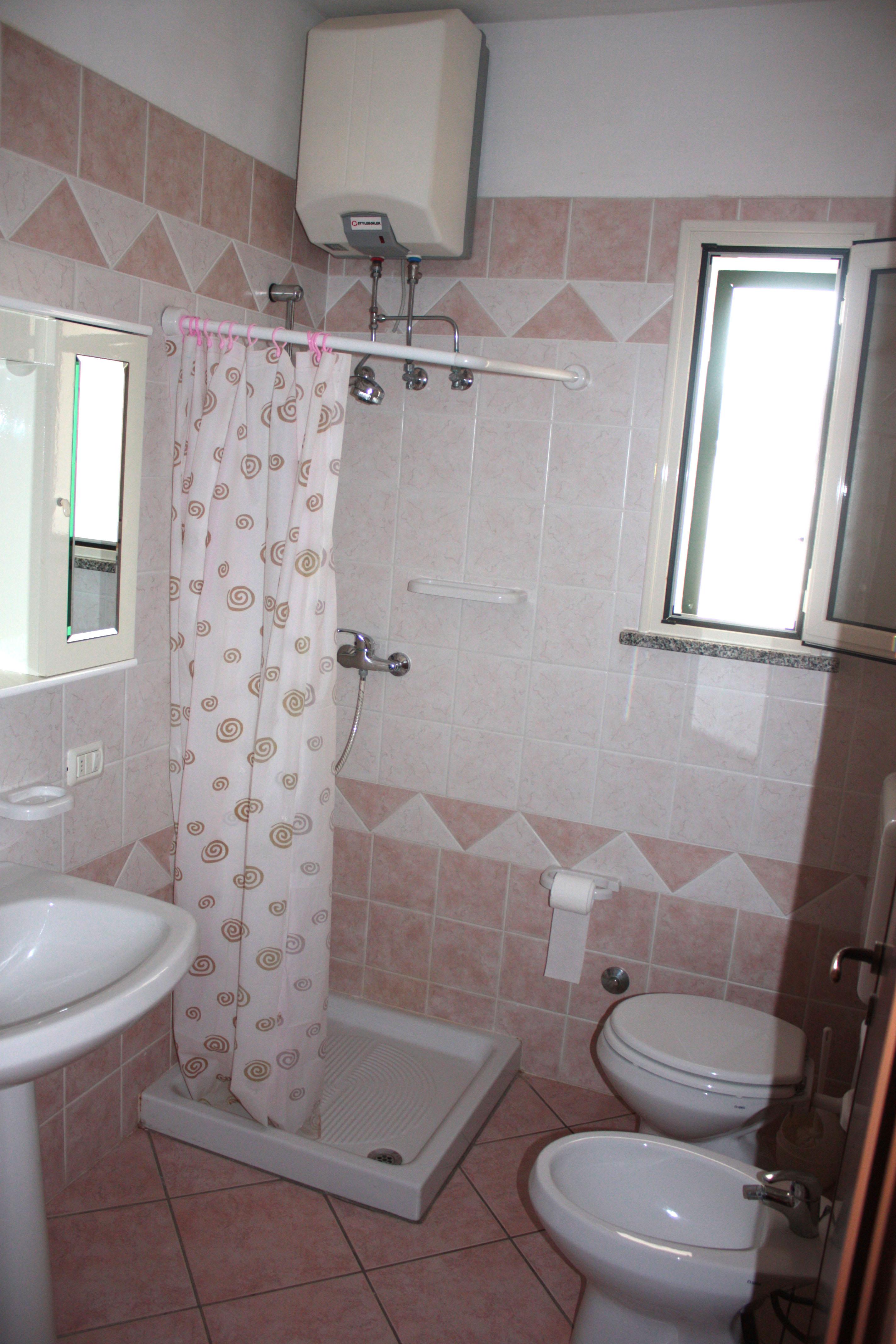 Bagno con tenda doccia design casa creativa e mobili for Tende per doccia